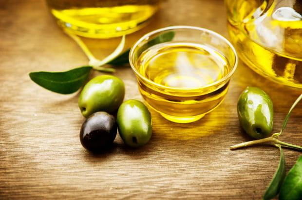 Oliwa z oliwek silnie odżywia, nawilża oraz regeneruje skórę, opóźnia objawy starzenia oraz wygładza istniejące zmarszczki.