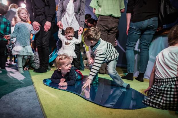 """Do teatru warto zacząć chodzić z dzieckiem jak najwcześniej. W ten weekend Teatr Miniatura zaprasza dzieci od piątego roku życia na spektakl """"Baloniarze""""."""