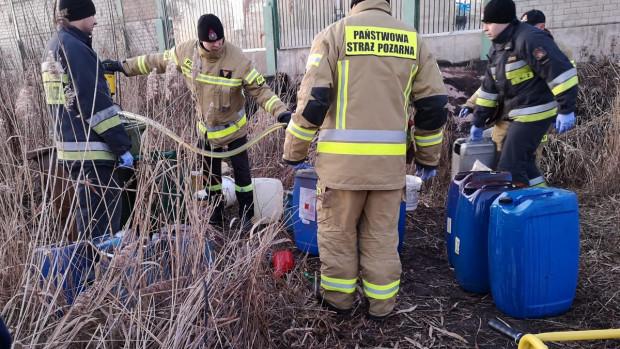 Na miejscu pojawili się strażacy, którzy odkazili teren, a ciecz z kontenerów i wiader przepompowali do szczelnych i bezpiecznych pojemników.