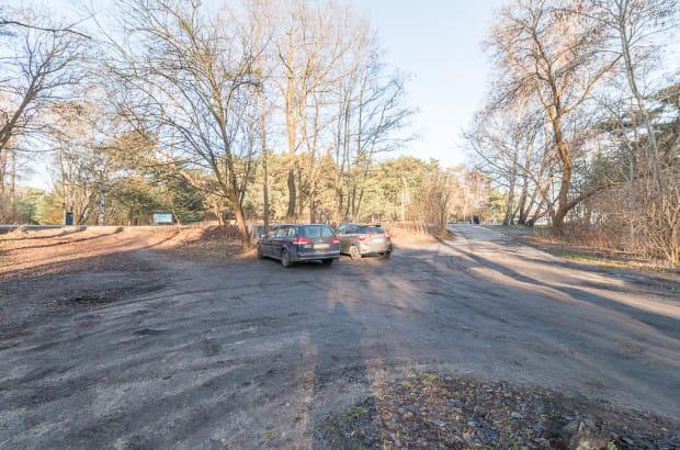 Klepisko-parking tuż przy deptaku do molo (teoretycznie wjazd tutaj jest dopuszczony tylko dla nielicznych kierowców). Plan zagospodarowania podtrzymuje jego istnienie w tym miejscu, przekształcając go w plac manewrowy do zawracania.