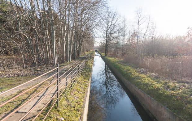 Otwarty kanał do odprowadzania wody deszczowej, który pozostaje zachowany w takiej formie w projekcie planu. Po prawej, tuż obok niego, przewidziana jest nowa droga i teren inwestycyjny.