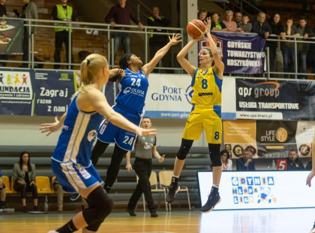 """Tierra Ruffin-Pratt (nr 24) i Rebecca Allen (nr 8) były najlepszymi koszykarkami w swoich zespołach. Ta pierwsza zdobyła 31 punktów dla AZS Uniwersytetu Gdańskiego, natomiast Australijka rzuciła 25 """"oczek"""" dla Arki Gdynia."""