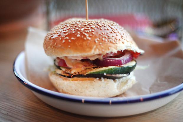 Burger Halo mi - ser halloumi, grillowane warzywa, sos słodko-pikantny