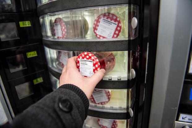 Zupy są pasteryzowane i sprzedawane w słoikach.
