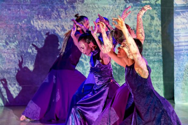 """Stowarzyszenie Dance [Sic] Association prowadzące przez Sopocki Teatr Tańca, otrzymało 95 tys. zł na projekt """"Spotkania ze sztuką tańca"""", dzięki któremu szkoleni są tancerze - najzdolniejsi trafiają później na scenę podczas spektakli STT (na zdjęciu """"tab' Nowy początek"""")."""