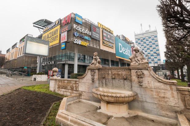 GZDiZ nalicza właścicielowi Manhattanu karę w wysokości 3,1 tys. zł dziennie za nielegalne nośniki reklamowe na elewacji.