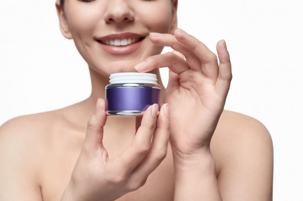 Wybierając kosmetyki z retinolem, warto sprawdzić jego procentową zawartość i dopasować do indywidualnych potrzeb.