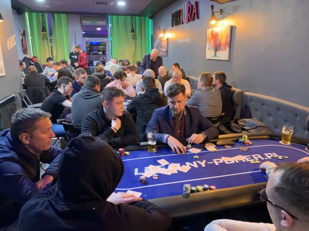 Turnieje Pomorskiej Ligi Pokera odbywają się dwa razy w tygodniu. Gra w nich średnio od 50 do ponad 100 osób.