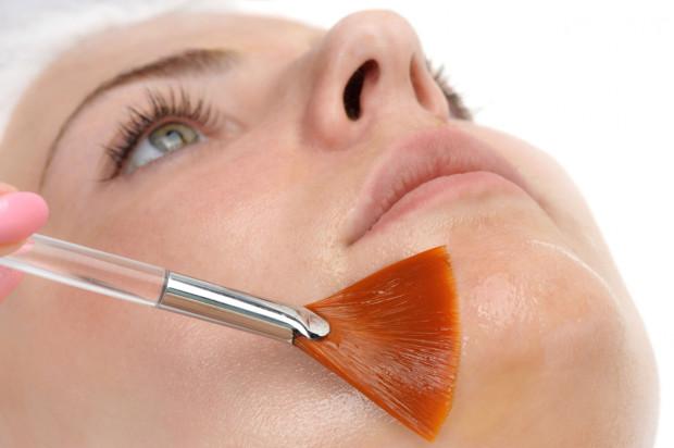Stosowanie preparatów z retinolem jest możliwe zarówno w gabinecie kosmetycznym, jak i w warunkach domowych.