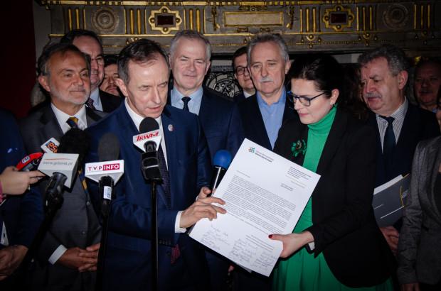 Prezydent Gdańska Aleksandra Dulkiewicz przekazuje marszałkowi senatu Tomaszowi Grodzkiemu projekt ustawy metropolitalnej wraz z apelem o wsparcie inicjatywy samorządowców.