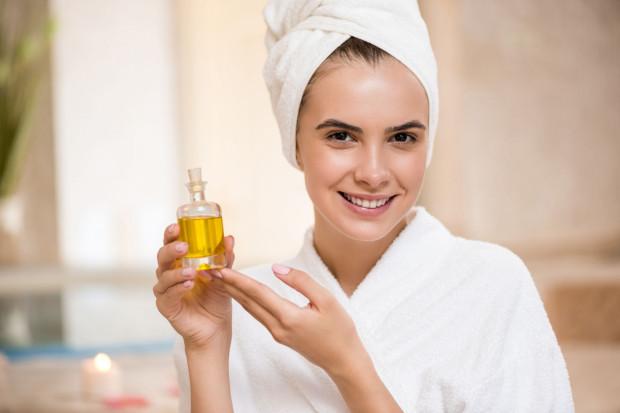 Najlepszym rozwiązaniem jest stosowanie kosmetyków bazujących na naturalnych substancjach, które łączą w składzie olejki oraz inne składniki aktywne.