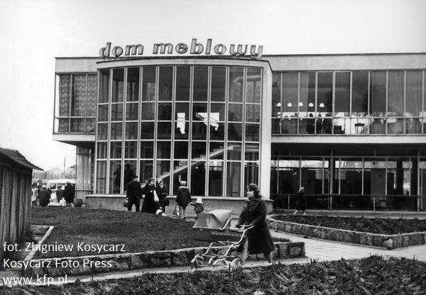 Listopad 1973 roku. Budynek LOT w czasie, kiedy był jeszcze domem meblowym. W tym czasie uważany był za perełkę modernistycznej zabudowy.
