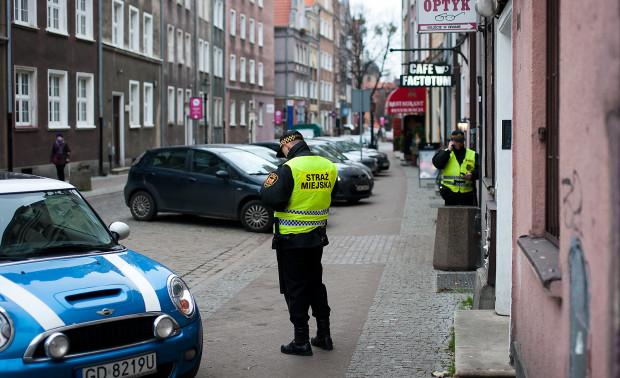 Obecnie strażnicy, wystawiając mandat np. za nieprawidłowe parkowanie pod nieobecność sprawcy, muszą liczyć się z czasochłonnym postępowaniem.