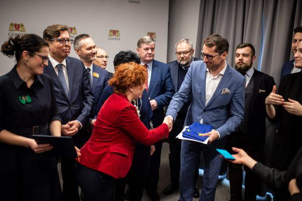 Przedstawicielka Komisji Europejskiej wręczyła w poniedziałek gdańskim urzędnikom decyzję o przyznaniu 63 mln euro dofinansowania na budowę spalarni.