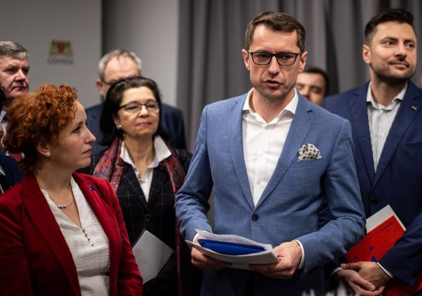 Prezes Portu Czystej Energii, Sławomir Kiszkurno (w środku):  - Nie ma możliwości cofnięcia dotacji, nie ma takich zarzutów, które mogłyby zmienić tę decyzję.