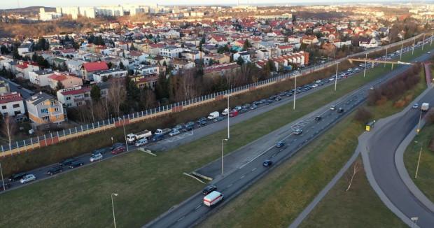 Popołudniowy korek na Armii Krajowej w kierunku obwodnicy sięga wyjazdu z Chełmu. Nasi czytelnicy proponują zmiany zarówno na skrzyżowaniu z Havla i Łostowicką, jak i na wyjeździe z ul. Sikorskiego.