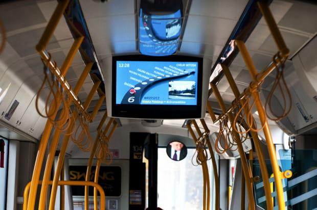 W gdańskich autobusach i tramwajach  o nazwach przystanków informuje obecnie syntezator mowy. Pojawił się pomysł, by zastąpić go głosem lektora.