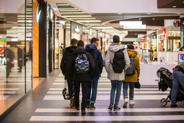 Nastolatki spędzają w centrach handlowych każdą wolną chwilę. Dlaczego właśnie tam? Bo mają tam wszystko, czego potrzebują - wi-fi, miejsce do siedzenia, dostęp do jedzenia i toalety.
