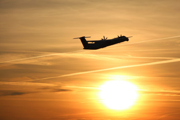 Obserwowanie wylatujących samolotów może zainspirować was do zaplanowania wspólnej wycieczki.