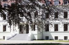 Hotel znajduje się w Rulewie, w klasycystycznym pałacu z 1865 r. wzniesiony przez Rudolfa Gustava Theodora Maerckera na fundamentach dworu Pawłowskich.