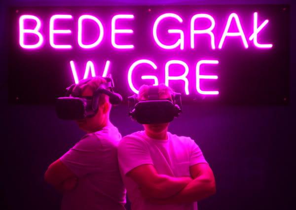 VR SPACE w Gdańsku oprócz klasycznych gier proponuje też wyścigi VR w profesjonalnym fotelu rajdowym.