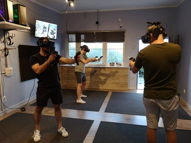 Gogle VR przenoszą graczy do zupełnie innych światów. Na zdjęciu: VR Studio Gdynia.