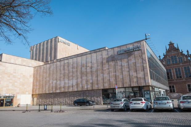 Teatr Wybrzeże otrzymuje drugą największą dotację w Trójmieście i to aż z trzech źródeł. Łożą na niego samorząd województwa pomorskiego, ministerstwo kultury i dziedzictwa narodowego oraz miasto Sopot. W sumie daje to kwotę przeszło 13 mln 200 tys. zł.