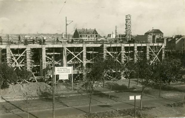 Budowa Urzędu Pocztowo-Telegraficznego przy ul. 10 Lutego w Gdyni, fot. Roman Morawski, 1928 (zbiory Muzeum Miasta Gdyni)