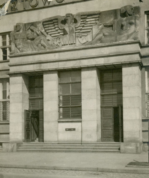 Relief autorstwa Antoniego Miszewskiego nad wejściem do budynku poczty w Gdyni, ok. 1931 (zbiory Muzeum Miasta Gdyni)