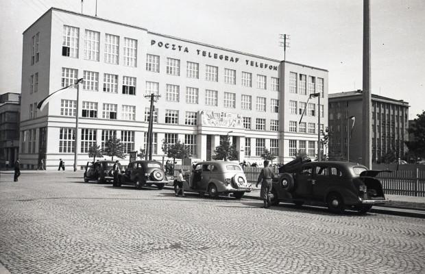 Budynek poczty przy ul. 10 Lutego po przebudowie w 1937 roku, fot. Henryk Poddębski, 1937 (zbiory Muzeum Miasta Gdyni)