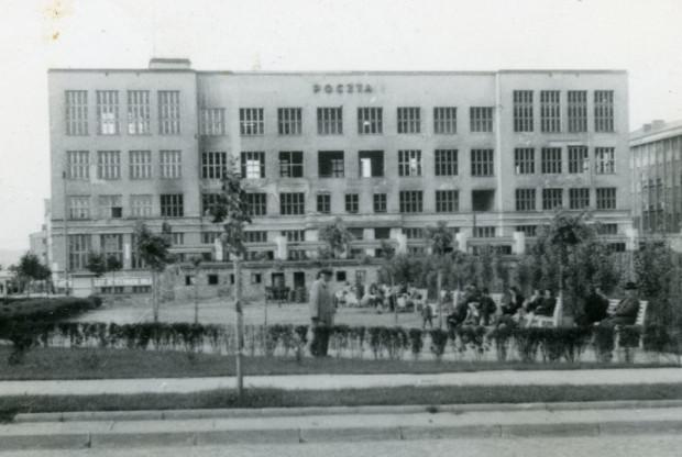 Zniszczenia wojenne budynku poczty przy ul. 10 Lutego w Gdyni, 1945 (zbiory Muzeum Miasta Gdyni)