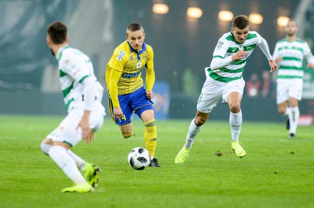 Ostatnie dwa mecze derbowe odbyły się w Gdyni i kończyły się remisami. Z kolei ostatni mecz Lechia - Arka w Gdańsku, zakończył się wygraną biało-zielonych 2:1. Na zdjęciu kadr z tego spotkania - Michał Nalepa i Patryk Lipski.