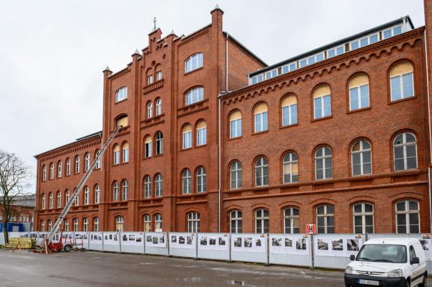 Odnowiona elewacja budynku dawnej dyrekcji Stoczni Cesarskiej.