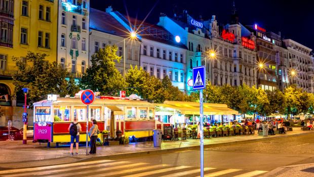 Plac Wacława w centrum czeskiej Pragi. Wycofany z użytku tramwaj przerobiono na bar.