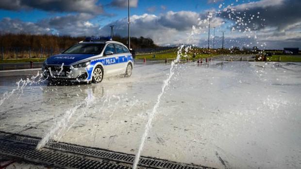 Podczas całodniowego szkolenia policjanci uczyli się wychodzenia z podbramkowych sytuacji na drogach.