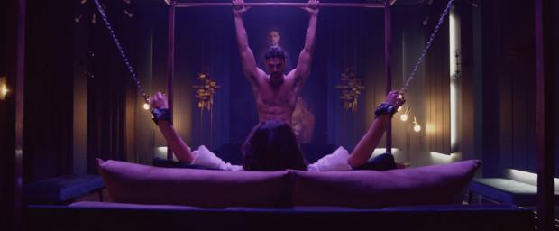 """""""365 dni"""" w wersji filmowej to bardziej zbiór erotycznych teledysków niż pełnoprawne kino. Brakuje przede wszystkim choćby poprawnej fabuły, która potrafiłaby wciągnąć i zaskoczyć widza. Jest niestety przewidywalnie i nudno. Monotonne stają się nawet w pewnym momencie niezliczone sceny seksu."""