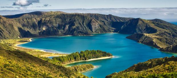Azory to zielone wyspy, które zachwycają dziką naturą.