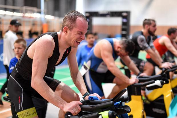 Zawodnicy musieli przejechać na rowerze stacjonarnym 15 km.