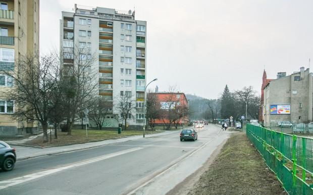 Istniejący asfalt na jezdni zostanie zerwany i zastąpiony kamienną kostką.