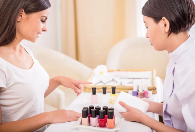 Decydując się na manicure hybrydowy, warto sprawdzić, czy stylista paznokci stosuje jednorazowe pilniki i bloczki, autoklaw i sterylizuje sprzęt oraz używa dobrej jakości lakierów hybrydowych.