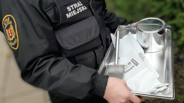 Ekopatrol, działający w  Gdańsku od listopada, jest wyposażony w sprzęt do pobierania próbek popiołów z pieców w domach, gdzie zachodzi podejrzenie o paleniu śmieci.