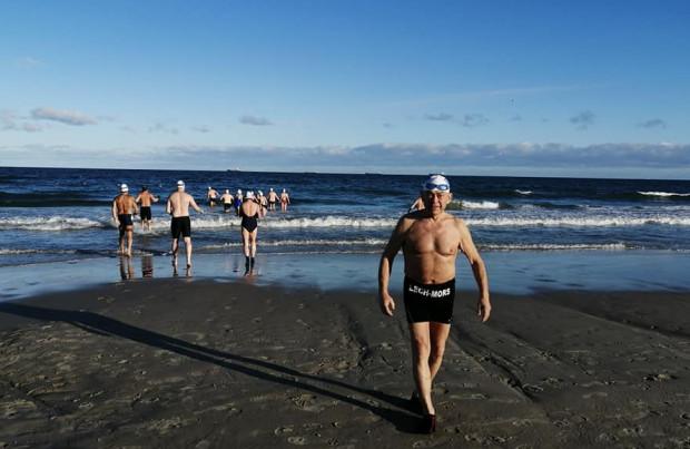 Śniegu nie ma, mrozu nie ma, ale fani zimnych kąpieli się nie poddają. Na trójmiejskich plażach nie brakuje amatorów morsowania.