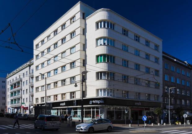 Kamienica Albina i Marianny Orłowskich przy ulicy Świętojańskiej nr 68. Wybudowana w 1936 roku i zaprojektowana przez Zbigniewa Kupca. Stanowi jedną z najbardziej charakterystycznych i rozpoznawalnych kamienic międzywojennej Gdyni.