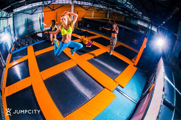 Park trampolin spodoba się każdej aktywnej parze.