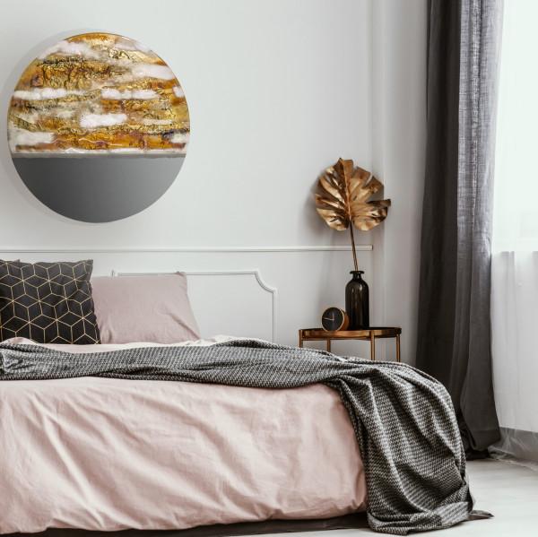 Umieszczenie zdobionego lustra w sypialni może nawiązywać do księżyca.