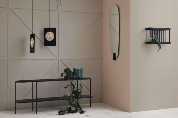 Do skandynawskich lub industrialnych wnętrz dobrze sprawdzą się lustra o niebanalnej formie, ale z niewielką ilością zdobień.