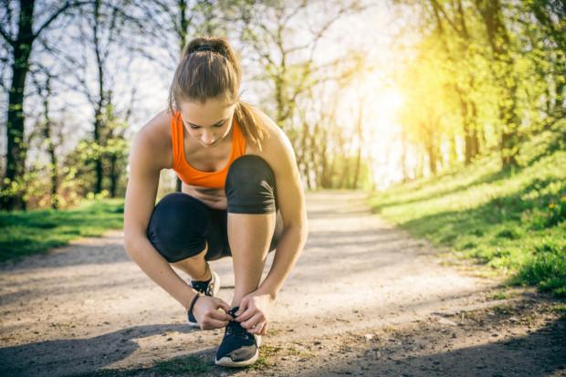 Jeżeli biegamy, warto zadbać o stopy nie tylko na poziomie odpowiednio dobranego, wygodnego obuwia.  Nieprawidłowe nawyki pielęgnacyjne mogą zwiększyć ryzyko otarć i bolesnych odcisków w czasie treningu.