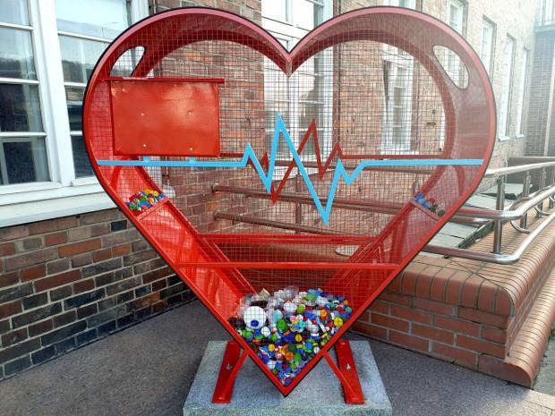 Specjalny kosz w kształcie serca pojawił się przed Urzędem Marszałkowskim w Gdańsku w Walentynki, ale zostanie tam na stałe.