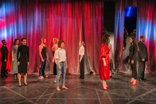 """""""Obywatel Republiki"""" w wykonaniu studentów IV roku Studium Wokalno-Aktorskiego w Gdyni jest ich dyplomem piosenki aktorskiej."""