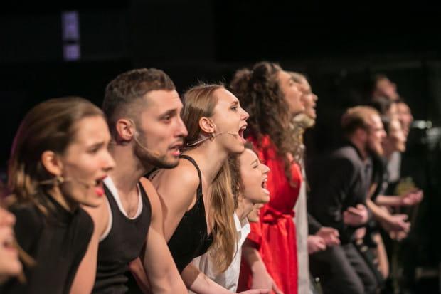 Młodzi aktorzy wykonują piosenki z repertuaru Republiki i Obywatela G.C. w nietypowych aranżacjach Adama Urbanowicza.